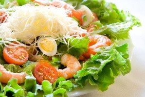 Диетический салат с креветками - фото шаг 4