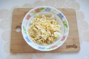 Салат с крабовыми палочками и кириешками - фото шаг 6