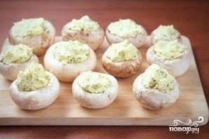 Шампиньоны с сыром и чесноком в духовке - фото шаг 4
