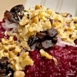 Свекольный салат с черносливом и грецкими орехами - фото шаг 9