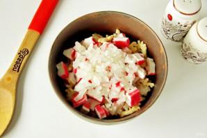 Салат с крабовыми чипсами - фото шаг 4