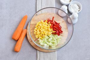 Салат с морковью и кукурузой - фото шаг 2