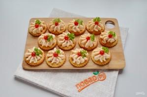 Закуска на крекерах с крабовыми палочками - фото шаг 6