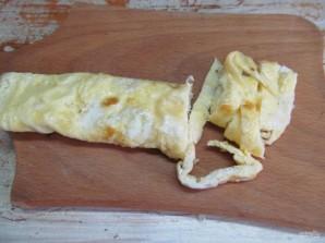 Салат с яичными блинчиками фунчозой и колбасой - фото шаг 5
