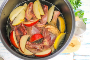 Утка с яблоками в мультиварке - фото шаг 5