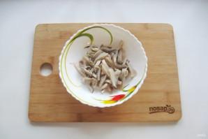 Салат с кальмарами и маринованными грибами - фото шаг 5