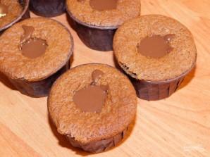 Шоколадные капкейки с шоколадной начинкой - фото шаг 5