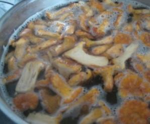 Маринованные лисички с луком - фото шаг 2