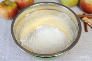 Шарлотка с пряными яблоками и семечками - фото шаг 4