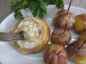 Камамбер в хлебном горшочке с картофелем - фото шаг 9