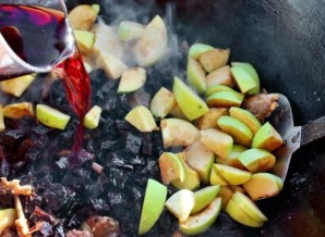 Козлятина с яблоками и черносливом - фото шаг 8