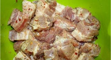Мясо в рукаве на луковой подушке - фото шаг 1