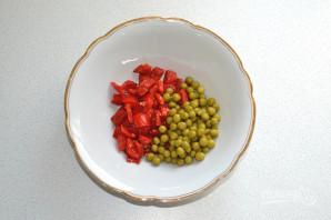 Салат с курицей, перцем и зеленым горошком - фото шаг 4