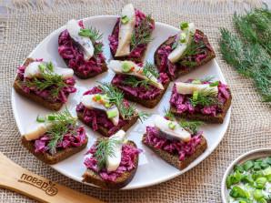 Бутерброды с селедкой на черном хлебе - фото шаг 6