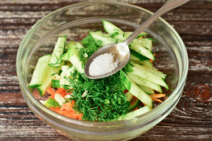 Салат с корейской морковкой и огурцом - фото шаг 5