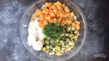 Паста-салат с солёными огурцами - фото шаг 2