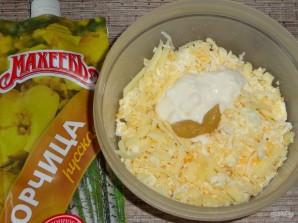 Рулетики из крабовых палочек с яйцом и сыром - фото шаг 3