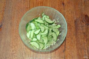 Салат с капустой, огурцами и кукурузой - фото шаг 3