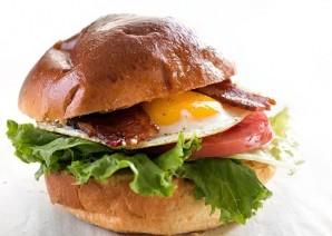 Бургер с овощами, беконом и яйцом - фото шаг 8