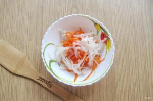 Салат с кальмарами и маринованным луком - фото шаг 10