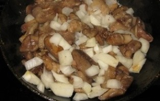 Маслята, жареные с луком - фото шаг 5