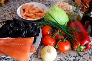 Салаты с рыбой и морепродуктами - фото шаг 1