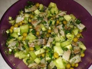 Простой салат с горошком консервированным - фото шаг 5