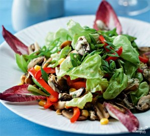 Салат с мидиями и кукурузой - фото шаг 9