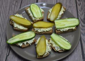 Черный хлеб со шпротами и огурцом - фото шаг 6