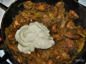 Куриная печень с луком в сметане - фото шаг 4