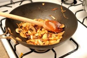 Салат с жареными грибами и кукурузой - фото шаг 3