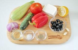 Греческий салат с цуккини и помидорами - фото шаг 1