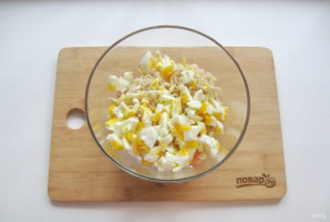 Салат с лапшой и колбасой - фото шаг 6
