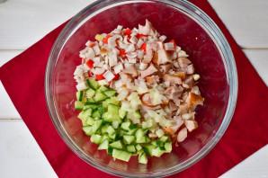 Салат с крабовыми палочками и копченой курицей - фото шаг 4