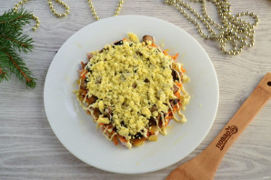 Слоеный салат «Мышка» с грибами и сыром - фото шаг 9