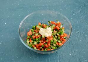 Салат с перцем и зеленым горошком - фото шаг 4