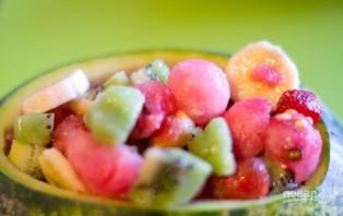 Фруктовый салат в арбузе - фото шаг 7