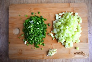 Холодный суп из кефира с огурцами и зеленью - фото шаг 2