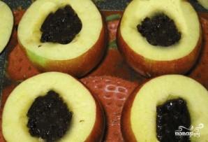 Печеные яблоки с черносливом - фото шаг 1