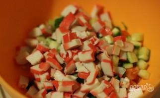Салат с сухариками и крабовыми палочками - фото шаг 3