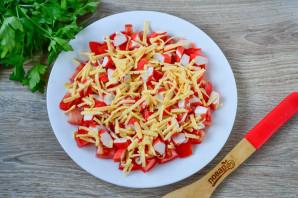 Салат с помидорами, крабовыми палочками, сыром и чесноком - фото шаг 5