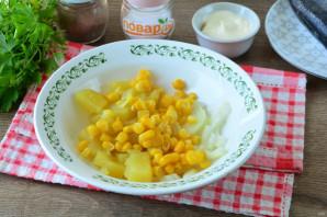 Салат из сельди с кукурузой - фото шаг 5
