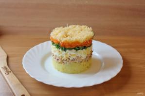 Слоеный салат с консервированной горбушей - фото шаг 8