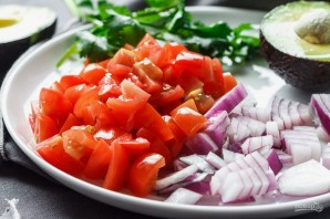 Салат с креветками, авокадо и помидорами - фото шаг 1