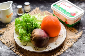 Салат с хурмой и свеклой