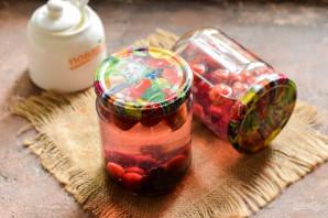 Компот из вишни, клубники и смородины на зиму - фото шаг 8
