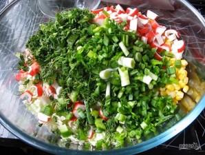 Салат из крабовых палочек и капусты с укропом - фото шаг 5