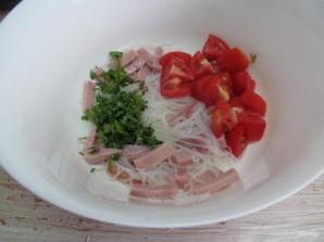 Салат с яичными блинчиками фунчозой и колбасой - фото шаг 7