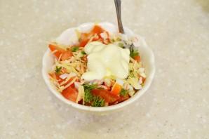 Салат с крабовыми палочками, помидорами и сыром - фото шаг 5