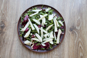 Салат с сыром с плесенью и грушей - фото шаг 3